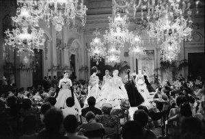 Fashion show in Sala Bianca (1955) Photo by G.M. Fadigati © Giorgini Archive, Florence