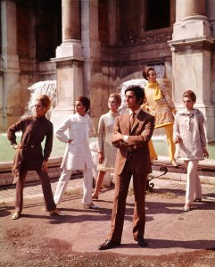 Valentino posing with models nearby Trevi Fountain, Rome (July 1967) © Courtesy of The Art Archive / Mondadori Portfolio / Marisa Rastellini